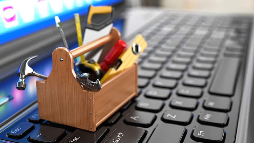 כלי עבודה על מקלדת מזכיר את עמוד תרגום טכני